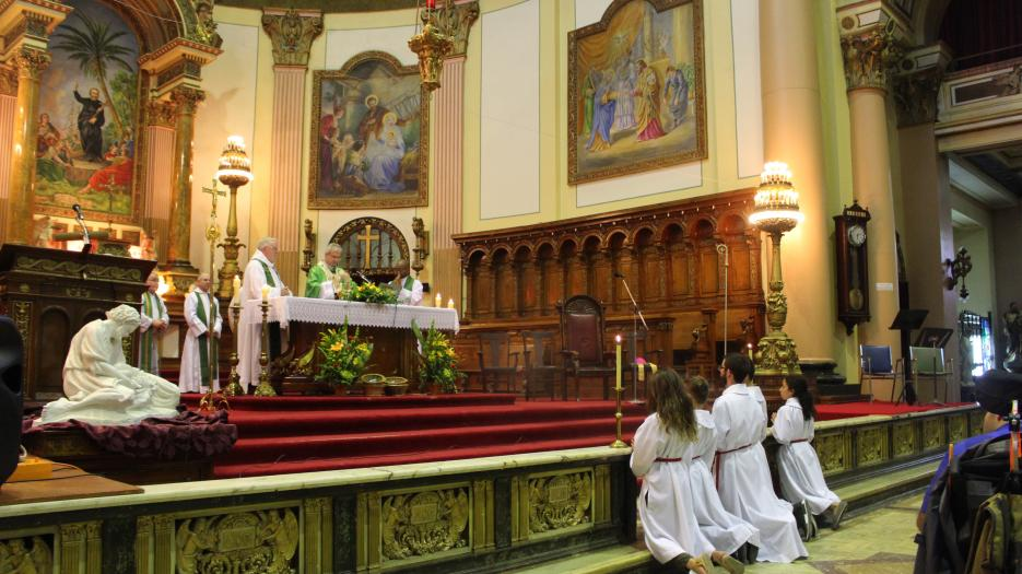 Archbishop Christian Lépine during the elevation. (Photo: Isabelle de Chateauvieux) © Catholic Archdiocese of Montreal